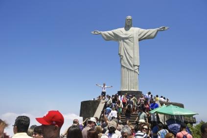 o-cristo-redentor-atrai-milhares-visitantes-todos-os-dias-59c57a523aaf9